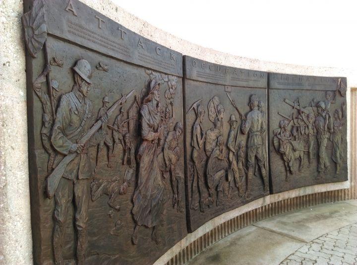 銅板浮雕作品由藝術家Eugene Daub所創作。