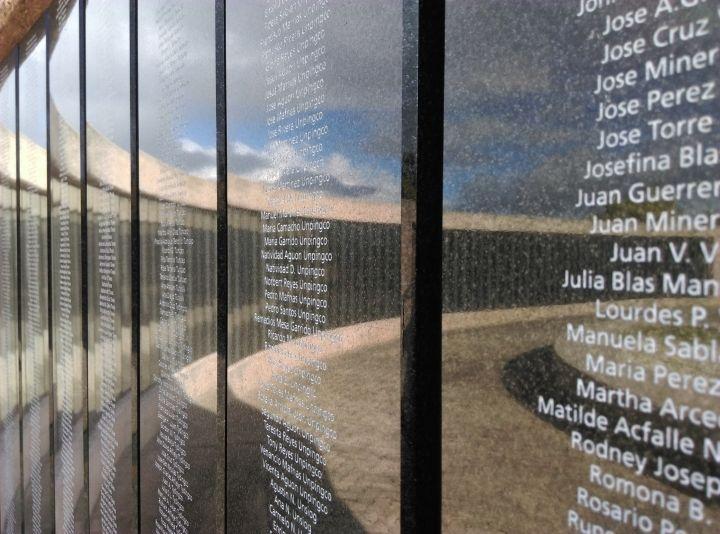 園內豎立起紀念碑,刻上二戰期間所犧牲的上千名軍官與平民的姓名。