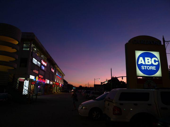 在關島很受觀光客歡迎的 ABC Store 其實就像台灣的屈臣氏。