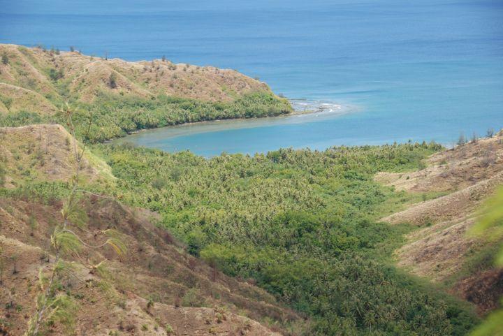 從瞭望台除了看海岸線外,向下俯瞰也可欣賞色堤灣呈現U型的獨特美景。