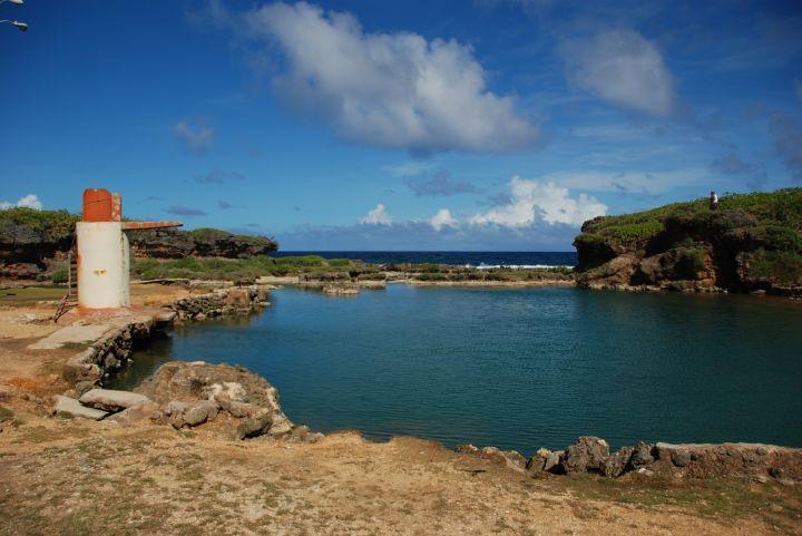 由珊瑚礁環繞阻隔外海,使得這裡形成一個非常特別的海水游泳池。