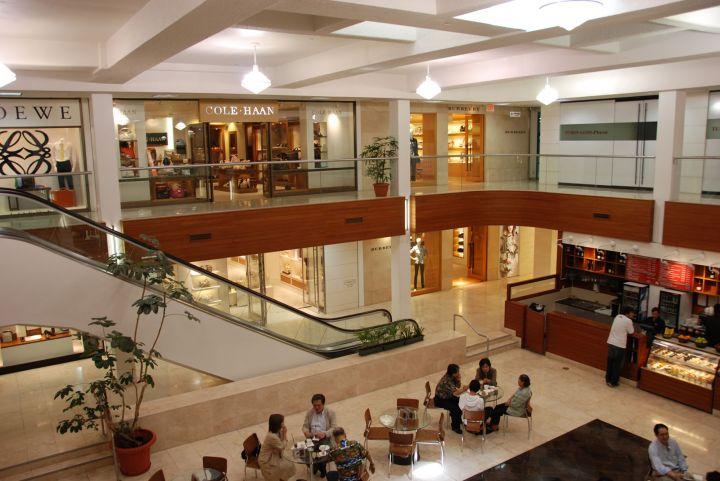 賣場中的Louis Vuitton專賣店高達三層樓,款式齊全。