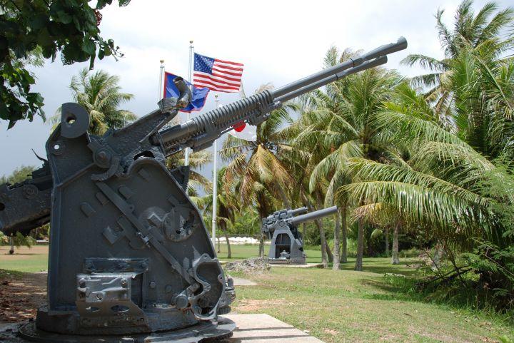 公園內有放置當年所使用的各式砲台、魚雷等武器模型。
