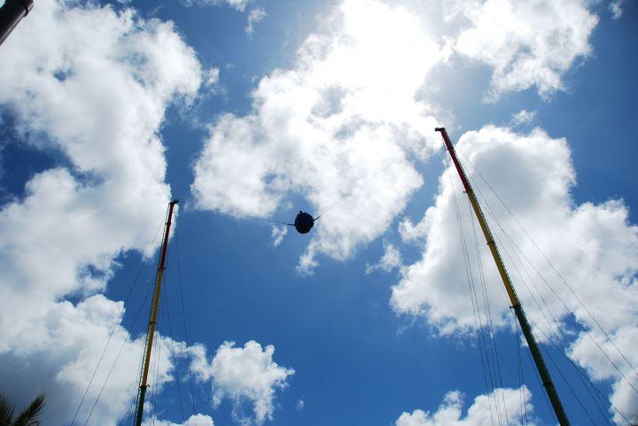坐在球上被高速往天上拋,刺激滿分。