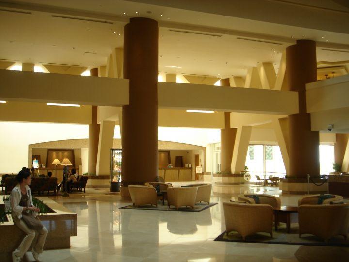 關島威斯汀飯店大廳休息區。