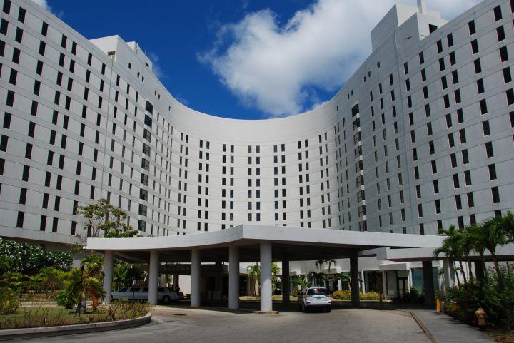 日航飯店宛如鳥翼造型的外觀設計,非常特別。