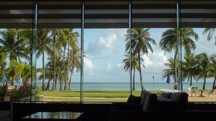 大廳簡單幾張沙發,加上海景落地窗,很關島!