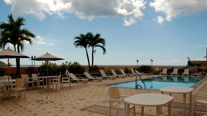 飯店泳池不大,要戲水就到沙灘吧。
