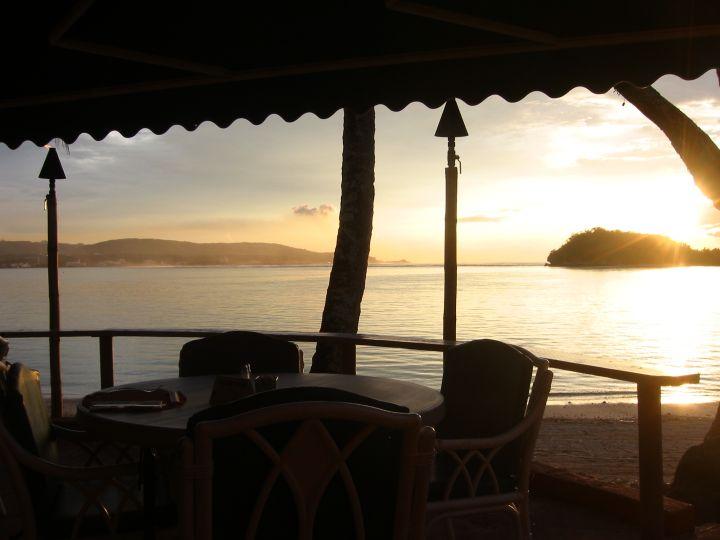 開放式空間緊鄰平靜的亞加納灣,吹著徐徐海風欣賞聖塔菲著名的日落景色。