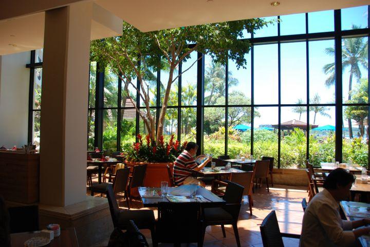 享用早餐的餐廳挑高及大面落地窗設計,非常享受。