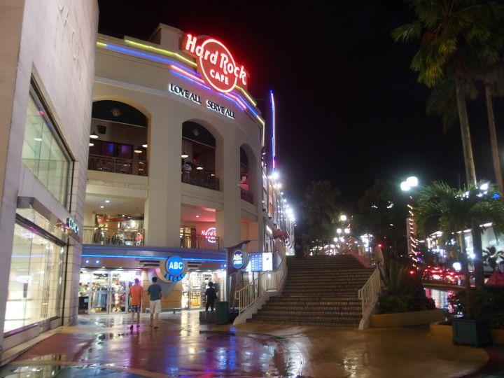美國搖滾精神代表的硬石餐廳Hard Rock在關島一樣保持美式風格。