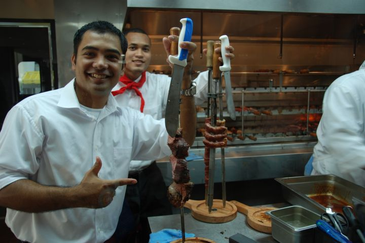 他們會拿一大串的肉到你桌邊切給你。