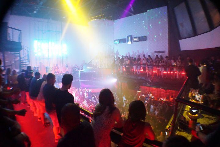 到GLOBE就算不跳舞,小酌兩杯看看這些有趣的夜店文化大熔爐,其實也值得啦!