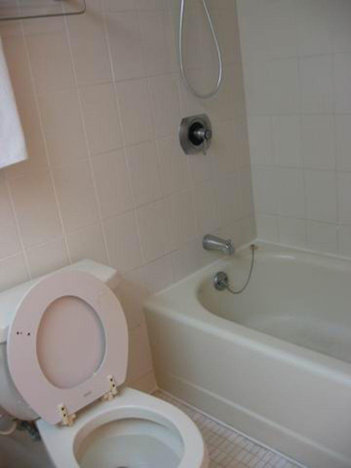 浴室備有浴缸。
