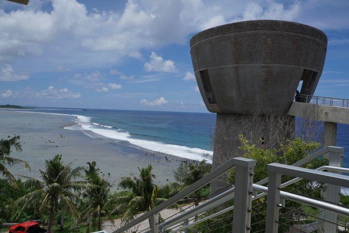 自由拉堤頂部的眺望臺更是眺望亞加納灣與亞森灣海景的最佳地點。