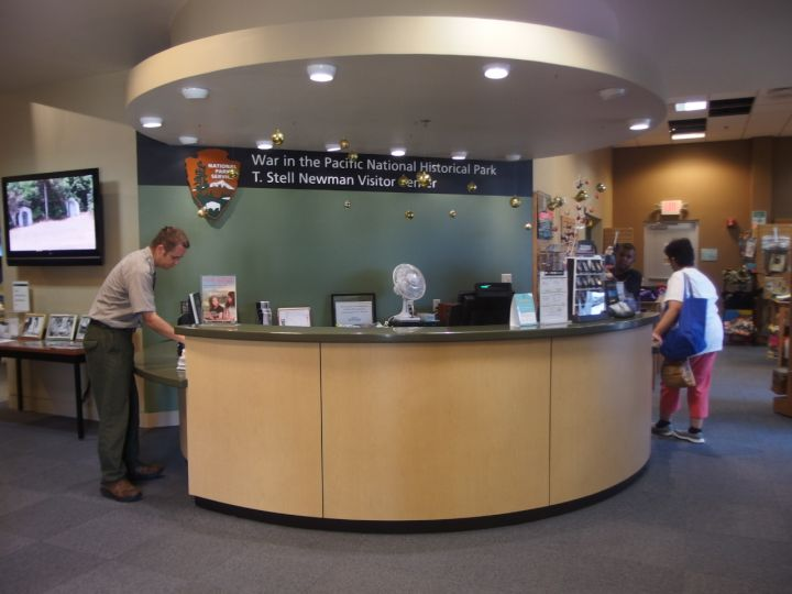 對二戰太平洋戰爭有興趣的朋友可以前往遊客中心的書店,會有不少收穫喔。