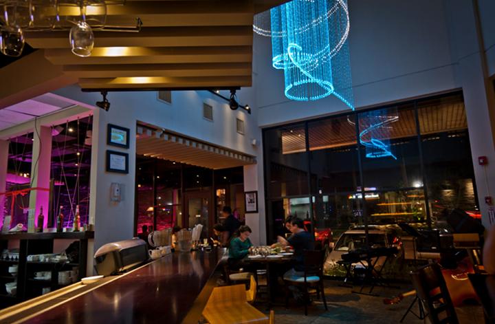 挑高大廳搭配螢光藍水晶燈,營造出奢華的夜店fu,結合海島風格的設計元素,混搭成帶有奢華感的關島酒吧。