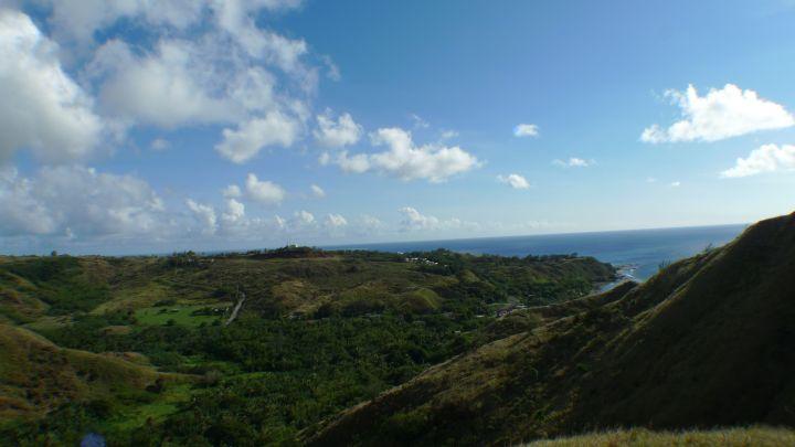 大片翠綠丘陵遠眺無敵海景,開車環島別忘了來這拍拍照喔!