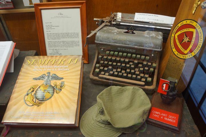 室內展館展示二戰文物、軍服、武器還有老照片。