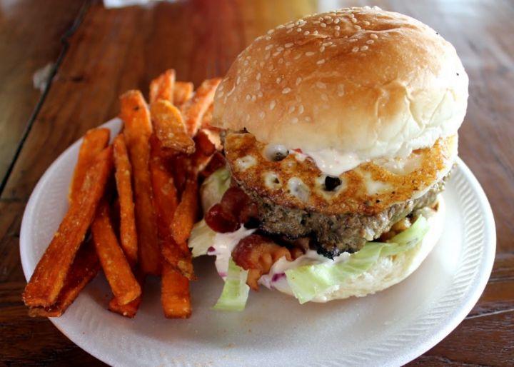 關島最棒的漢堡 Meskla Dos。