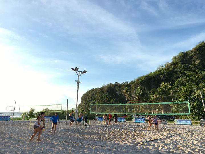 酒吧前有一大片沙灘可散散步,玩沙灘排球。