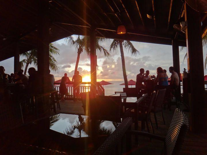 在The Beach提供的沙灘躺椅上曬太陽小酌兩杯並等候日落時刻。