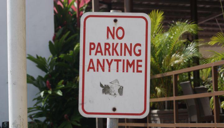 關島停車格皆可免費停車,但如果看到此標示,切忌停在此處喔。