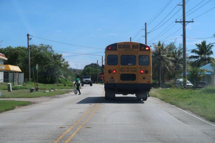 當路上遇到校車燈號閃爍停靠於路邊,且車側「STOP」號誌升 出時,所有車輛皆須停止前進,包含對向車道。