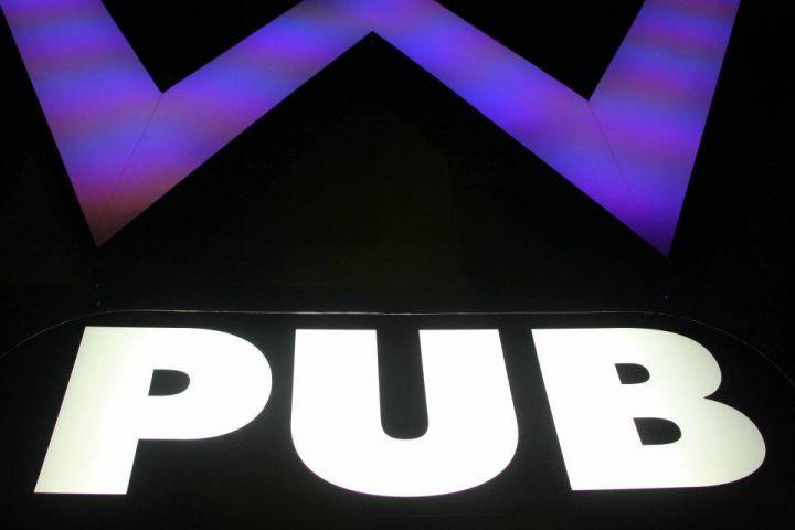 關島W Pub以時尚電音派對為主題。