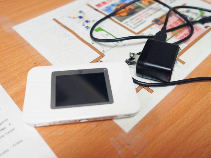行動上網分享器大小就像個行動電源,放包包裡也不太佔空間。