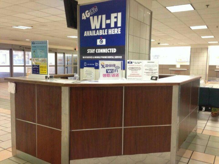 關島機場取機櫃檯,抵達關島機場出海關後往右側看,即可看到藍色的WiFi出租櫃台。