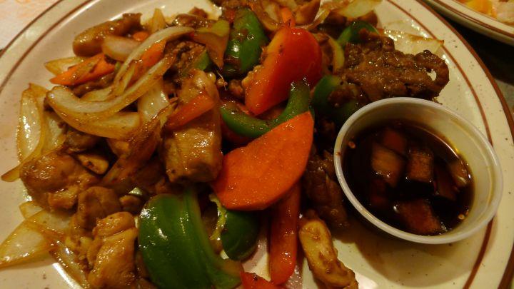Tao Si醬汁配上洋蔥青椒等青菜搭配肉類,加上關島當地炒菜喜愛帶點焦的火侯,醬香非常迷人。