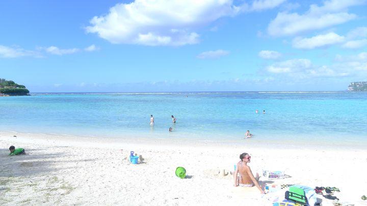 怡寶沙灘每到週末就可看到許多家庭來這野餐戲水。