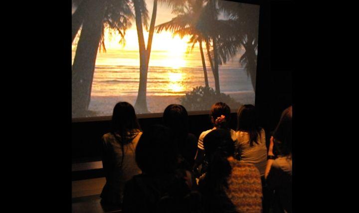 影片播放室,透過影片帶你認識1,000年前的查莫洛文化。(圖片來源/BG Tours)