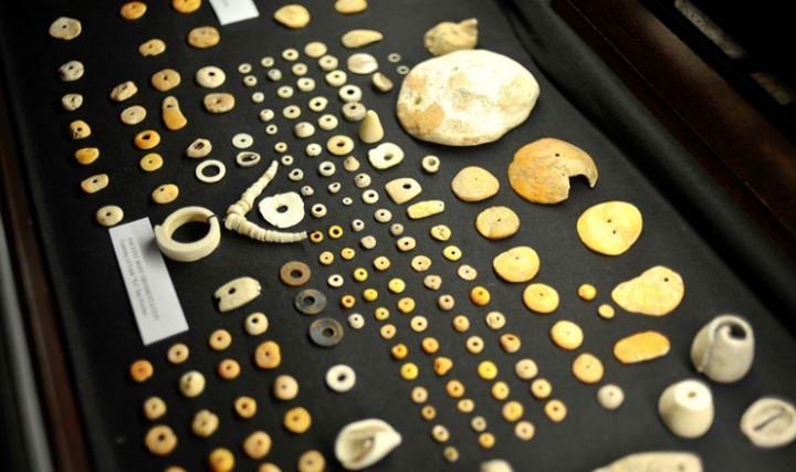 文物陳列館,展示出土陶片、裝飾品與石器。(圖片來源/BG Tours)