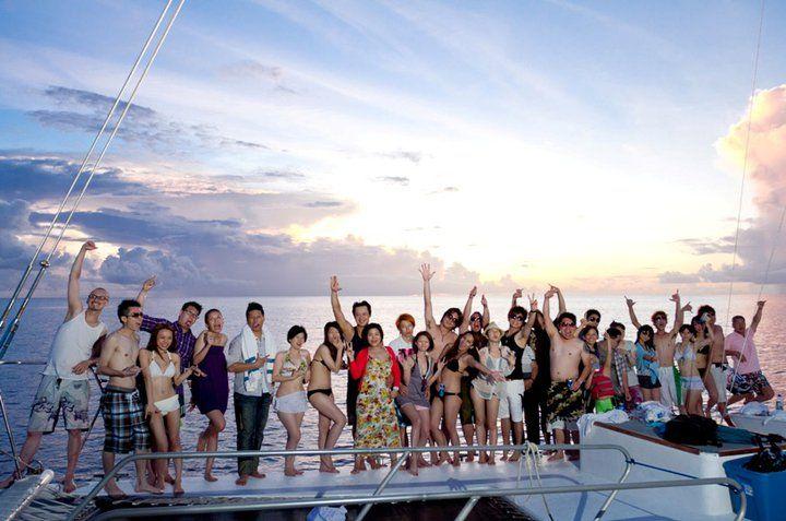 在海上包船開趴與好友同樂。