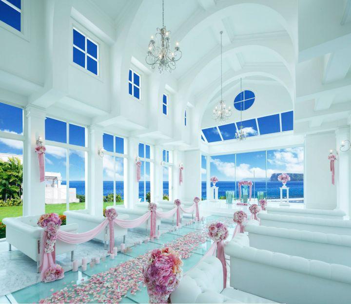 內部觀禮座位是舒適的純白沙發,除了正面面海,還可以遠眺戀人岬。