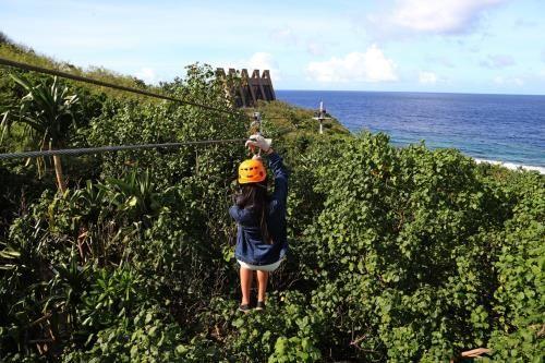 活動有點刺激,又能欣賞景色,眺望一望無際的湛藍海景。(圖片來源/中央社)