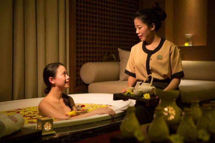店內裝潢以青綠色為主色,浪漫的燈光加上深色的木頭傢俱,極富時尚的亞洲色彩,讓人十分放鬆。