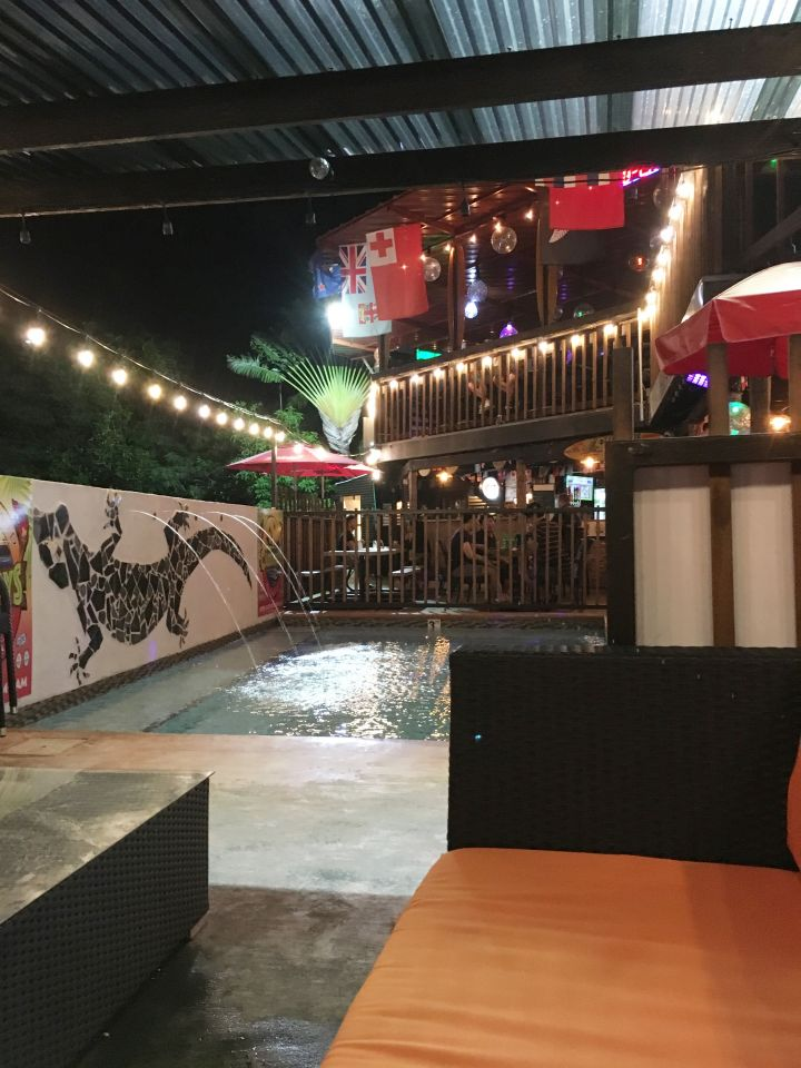 關島唯一擁有游泳池的半露天Tiki酒吧(夏威夷風情)。