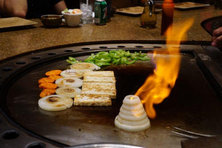 鐵板燒料理的份量滿多的,還有附贈生菜沙拉、熱湯和白飯。