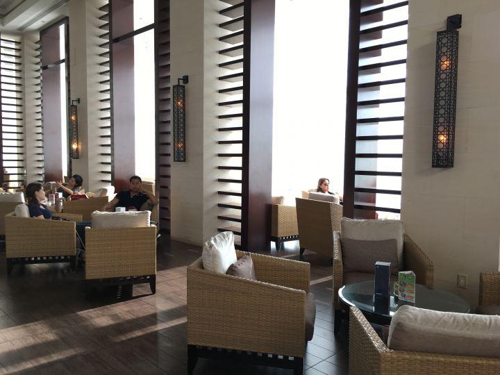餐廳大片的落地窗,讓室內採光相當地明亮。