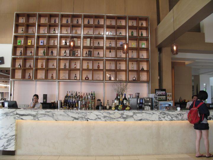 餐廳有提供雞尾酒、軟性飲料,也有供餐喔。