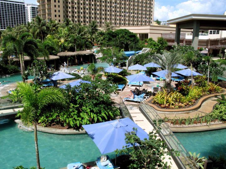 從餐廳可俯瞰充滿熱帶風情的杜喜塔尼飯店泳池。