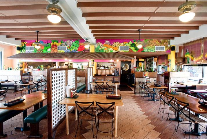店內風格結合了牙買加與關島查莫洛文化特色。