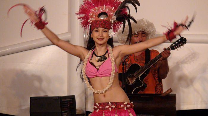 悅泰飯店 Fiesta Resort的BBQ晚餐秀主要是以查莫洛歌舞秀為主,招牌節目為火把舞,舞者讓火焰飛速旋轉,將氣氛帶到高潮。