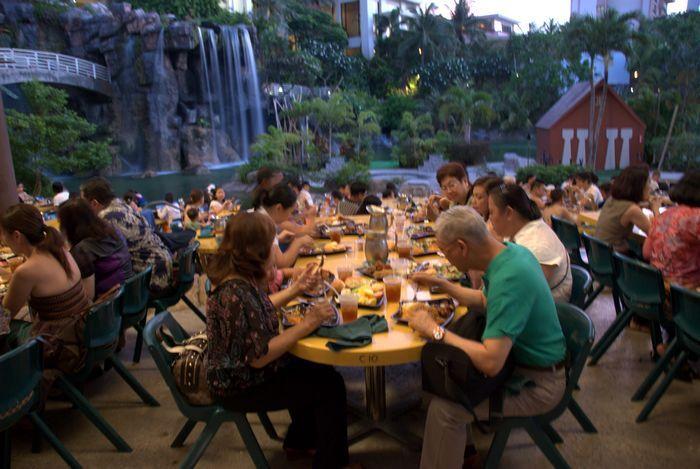 PIC晚餐秀的人潮不少,想要前往的朋友不妨先行訂位。