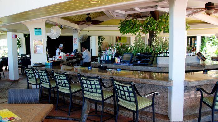 充滿熱帶風情的吧台座位。