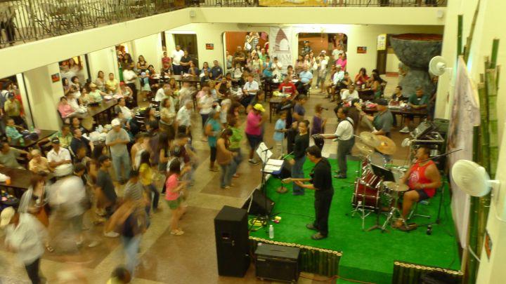 Live Band 與忘情跳舞的朋友。