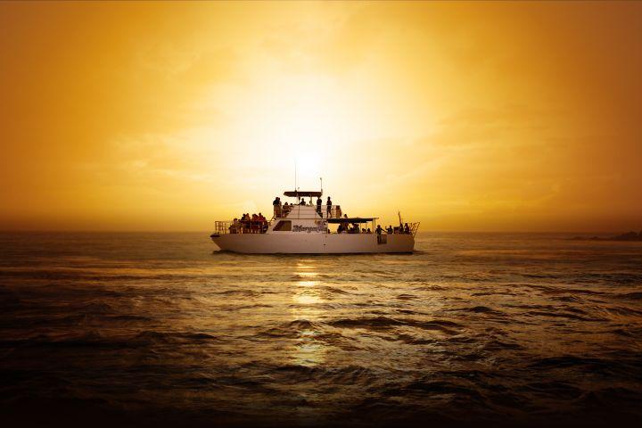 吃膩了餐廳,不妨夜晚來趟關島夕陽巡航晚宴Big Sunset Dinner Cruise。